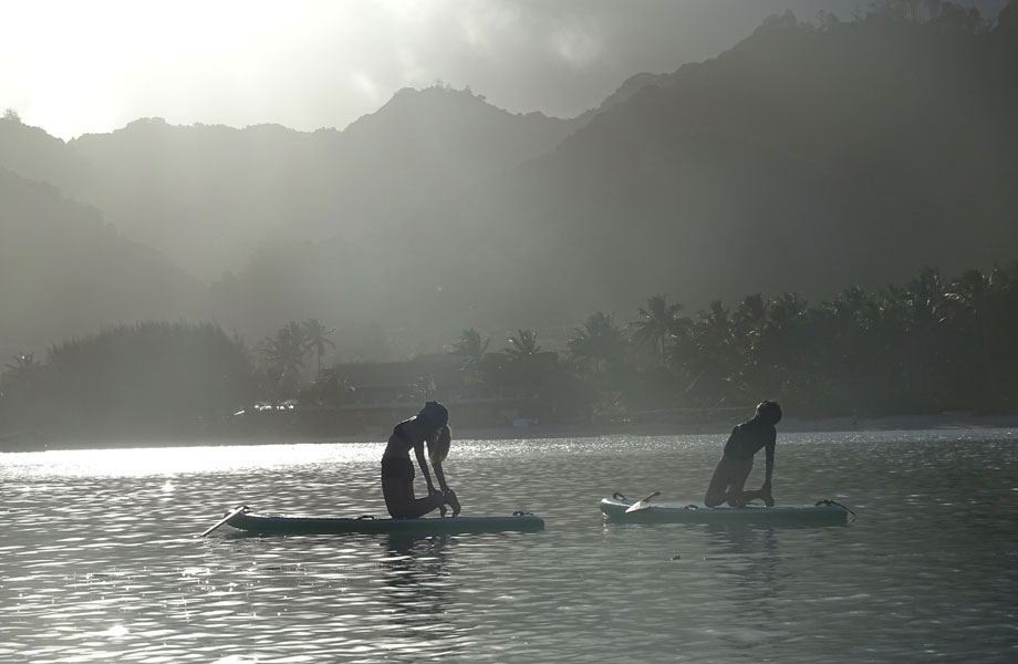 silhouettes of two girls doing sup yoga cook islands